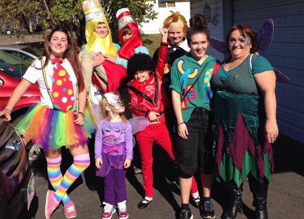 Estudiante ICES en Halloween con su Host Family