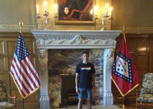 Manuel estudiane de intercambio en North-Little-Rock Arkansas, en el capitolio