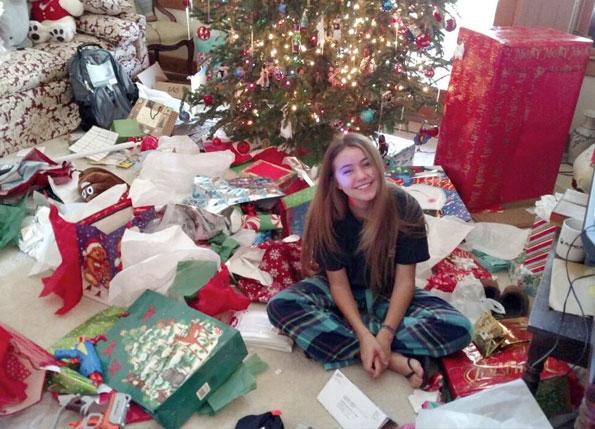 Mariona, estudiante ICES, abriendo regalos el dia de Navidad.