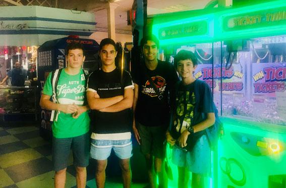 Estudiantes ICES en Santa Mónica. Playland Arcade.