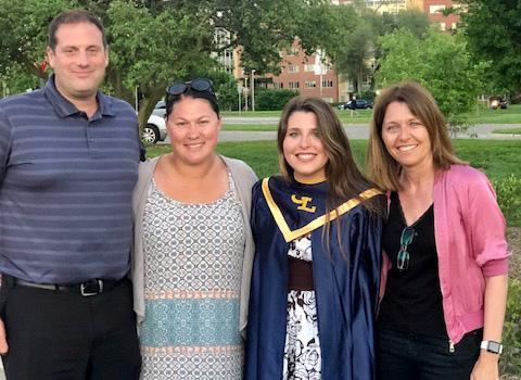 Elena con su host family y su madre.