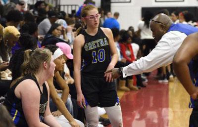 sonia con su entrenador de baloncesto