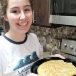 Esther de Valladolid prepara una tortilla de patata a su host family americana