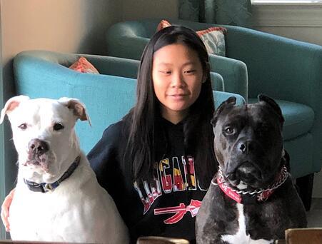 María con sus perros