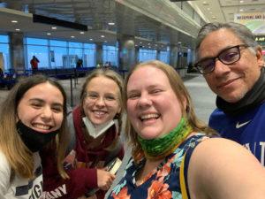Andrea es recibida por su host family y su host sister alemana en el aeropuerto.