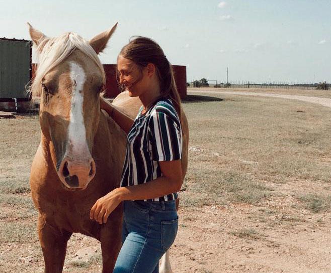 Julia, disfrutando de los caballos durante sus primeros días en Oklahoma.