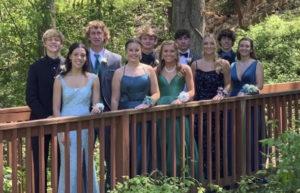 Claudia con sus amigos en el prom