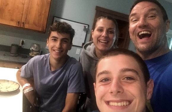 Bernard con su host family, resuelto el problema de salud